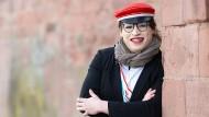 Rachel Sarah Bauer, Gründerin einer fakultativ schlagenden Damenverbindung. Sie trägt sowohl die traditionelle Mütze als auch das Band der Verbindung.
