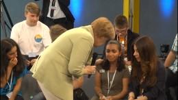 Merkel im Gespräch mit dem Flüchtlingsmädchen Reem