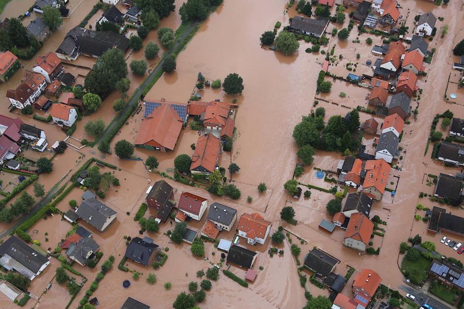 Keine Straße mehr zu sehen: Hochwasser in Rühden, einem Stadtteil von Seesen in Niedersachsen