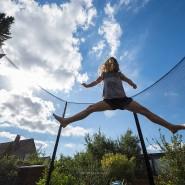 Ein Mädchen springt auf einem Trampolin (Symbolbild).