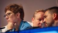 Die CDU-Vorsitzende Annegret Kramp-Karrenbauer nach ihrer Rede auf dem Deutschlandtag der Jungen Union. Hinter ihr unterhalten sich Tilman Kuban (l), Bundesvorsitzender der Jungen Union, und Alexander Zeyer, Landesvorsitzender der JU Saar.