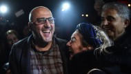 Ahmet Şik feiert seine Freilassung mit Freunden.