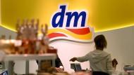 Ab Mitte März können Kunden in rund 1900 dm-Filialen bereits ab einem Einkaufswert von zehn Euro Bargeld abheben.