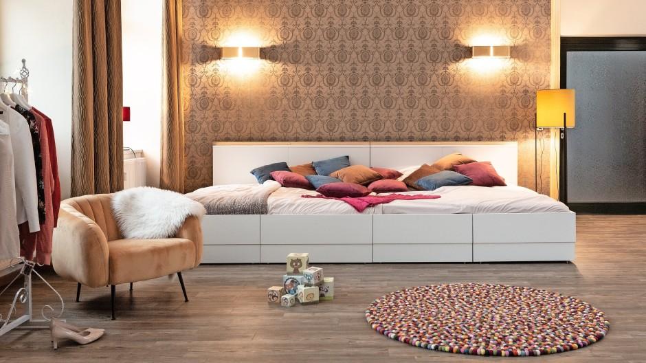 Ein Mammut im Schlafzimmer: Fürs Familienbett ist nicht in jeder Wohnung Platz.