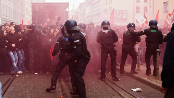 Demonstration gegen Kapitalismus - Mehr als tausend Autonome und andere linke Gruppen demonstrieren in Frankfurt gegen die europäische Finanzpolitik. Die Teilnehmer laufen durch die Innnestadt bis ins Ostend zur Baustelle dler EZB.