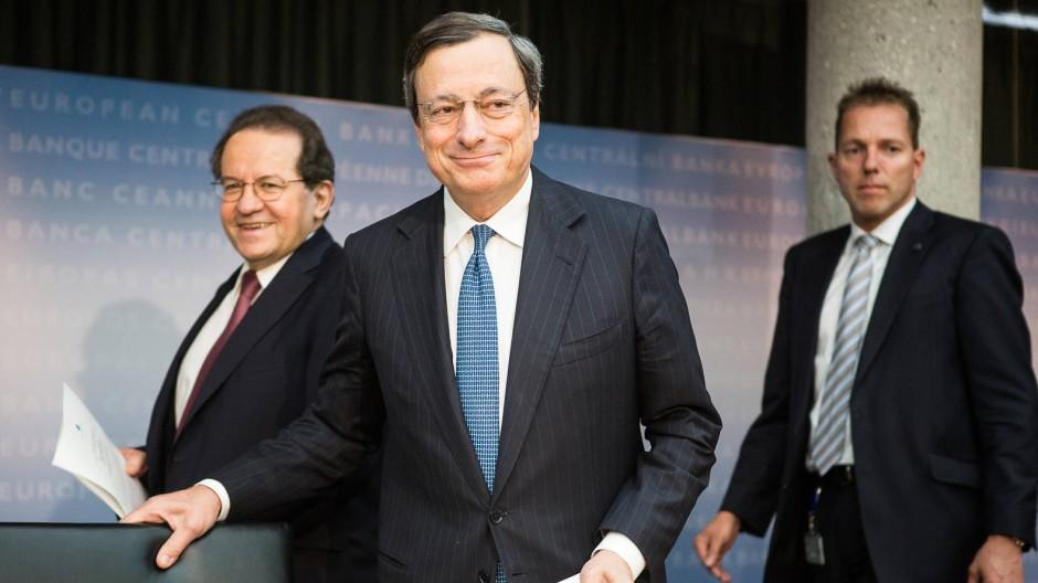 Nur unter Bedingungen in Kauflaune: EZB-Präsident Mario Draghi (Mitte) und sein Stellvertreter Vitor Constancio (links) in Frankfurt