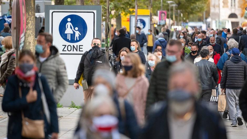 Passanten gehen vergangene Woche durch die Stuttgarter Fußgängerzone.