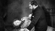 """Heinrich George stützt eine namentlich nicht bekannte Kollegin im Film """"Panzergewölbe"""" aus dem Jahr 1926."""