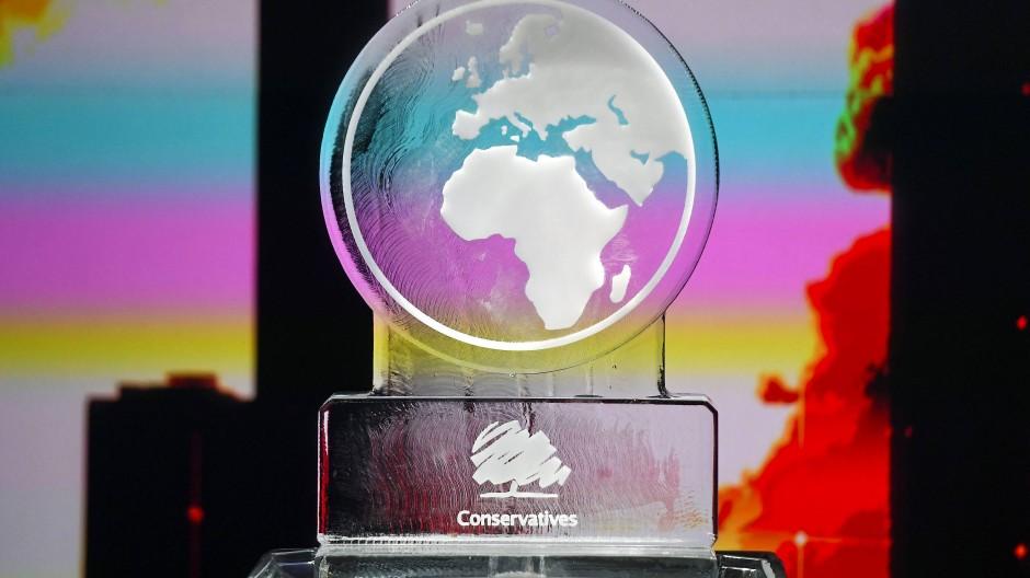 """Eine schmelzende Eisskulptur in Form eine Weltkugel mit der Aufschrift """"Konservative"""" ersetzte Boris Johnson bei einer Klimadebatte der britischen Parteischefs im TV-Sender Channel 4."""