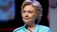 Clinton steht seit langer Zeit in der Kritik, weil sie als amerikanische Außenministerin dienstliche E-Mails über einen privaten Server verschickt hatte.