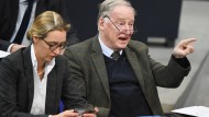 Alice Weidel schaut auf ihr Smartphone während Alexander Gauland auf eine Rede im Deutschen Bundestag reagiert.