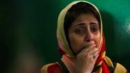 Eine Frau trauert um eines der Opfer der Geiselnahme in Dhaka am Freitagabend.