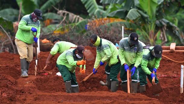Totengräber in Indonesien arbeiten ohne Pause