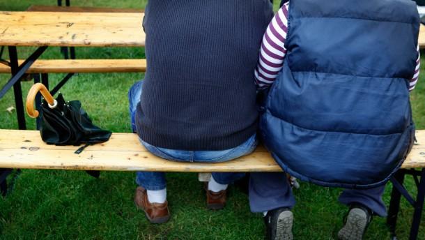 Verregneter Sommer - Besucher, die trotz des Regenwetters zu der Open-AirVeranstaltung Stoffel in den Frankfurter Günthersburgpark kommen.