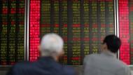 Börsenanleger in Peking verfolgen die Kurse.