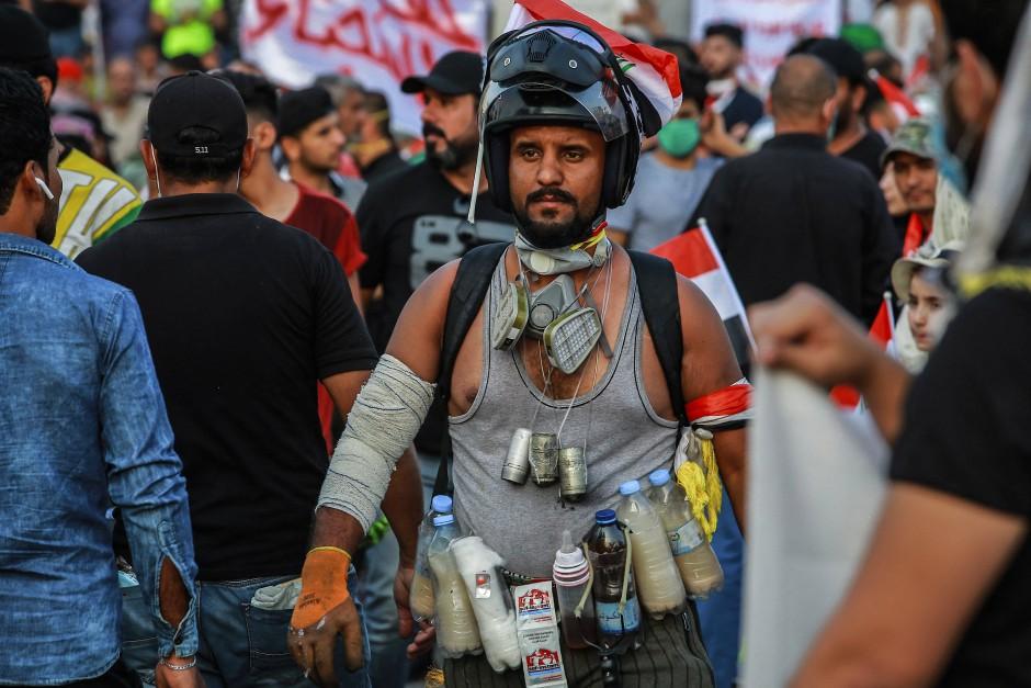 Für alles gerüstet: Ein Demonstrant trägt Flaschen, die mit Mineralwasser und Hefe gefüllt sind, um die Effekte von Tränengas zu lindern.