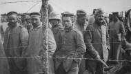 Deutsche Kriegsgefangene in einem französischen Gefangenenlager. Das Foto entstand um 1917.