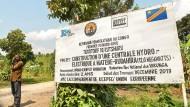 Entwicklungsprojekte sind anfällig für Korruption: Schild zeigt den geplanten Bau einer hydraulischen Elektropumpe im Kongo (Symbolbild)