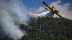 Feuerwehr kämpft gegen Waldbrände