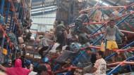 Es fehlt an fast allem: Tsunami-Opfer suchen in einem Warenhaus in Palu nach Lebensmitteln und anderen nützliche Dingen.