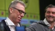 Erleichterung: Peter Bosz sagt dem BVB direkt zu. Michael Zorc freut das sehr.