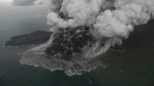 Wie der Vulkan vor Indonesien Asche spukte