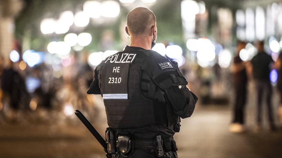 Ein Polizist steht auf dem Opernplatz.