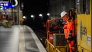 Bitte nicht einsteigen: Wo die S-Bahnen sonst täglich rund 500.000 Fahrgäste durch den Tunnel schleusen, rollen derzeit gelbe Arbeitszüge.