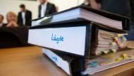 Aktenordner liegen vor Prozessbegin in Detmold auf dem Tisch eines Anwaltes.