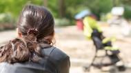 Kind im Blick: Die 39 Jahre alte Single-Mama will nicht erkannt werden.