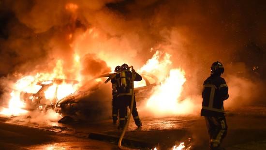 Brennende Autos und Gebäude