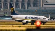 Eine Maschine der irischen Billigfluggesellschaft Ryanair rollt am Flughafen-Terminal in Frankfurt am Main vorbei.
