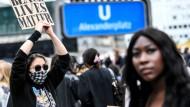 Teilnehmer der Berliner Kundgebung protestieren auf dem Alexanderplatz gegen Rassismus und Polizeigewalt.