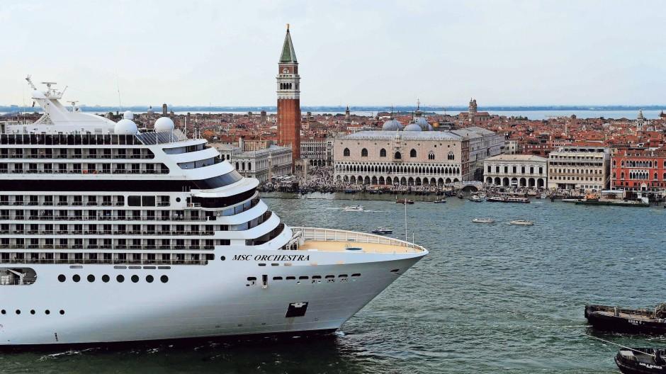 Es geht wieder los: Vor wenigen Tagen ist mit der MSC Orchestra wieder ein Kreuzfahrtschiff durch Venedig gefahren. Viele weitere werden in diesem Sommer folgen – das werden auch die Demonstrationen entlang des Ufers nicht verhindern.