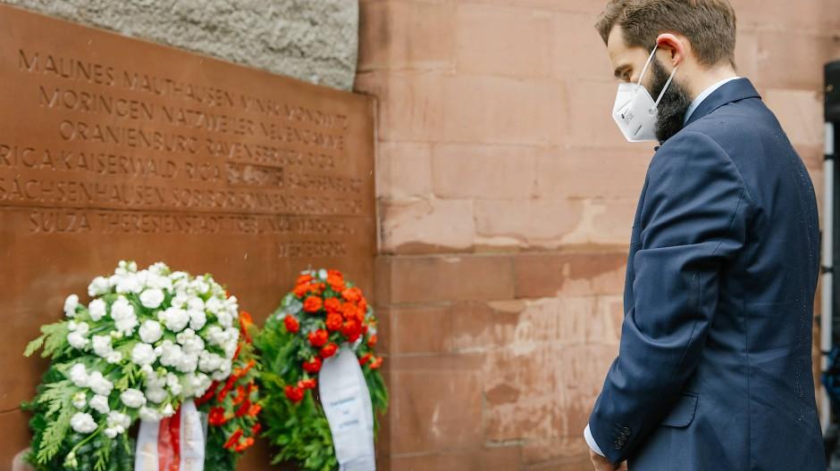 """Schwer, diese Hölle zu beschreiben"": Der polnische Generalkonsul Jakub Wawrzyniak gedenkt an der Paulskirche der Opfer der Shoa."
