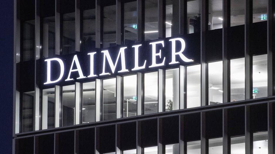 Schriftzug der Daimler-AG an der Konzernzentrale in Stuttgart