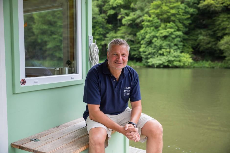 Packt zu: Thomas Laux war früher Banker, jetzt ist er Kapitän und Reeder.