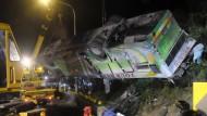 Szene der Verwüstung: 28 Personen sterben bei einem Busunglück in Taiwan.