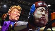 Zielscheibe des Spotts: Donald Trump und Kim Jong-un-Figuren auf dem Karnevalsumzug in Nizza
