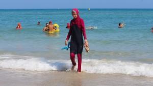 Frankreichs Innenminister lehnt Burkini-Verbot ab