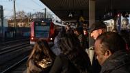 """Wegen eines Feuerwehreinsatzes kommt es an der S-Bahnstation """"Galluswarte"""" zu Ausfällen und Verspätungen."""