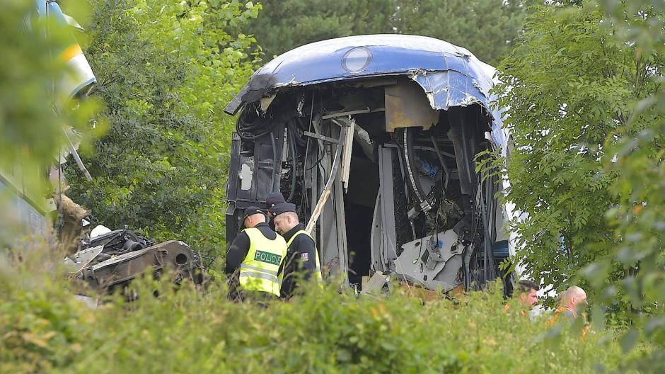 Einsatzkräfte sichern die Unfallstelle in Milavèe ab.