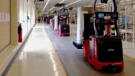 Autonom arbeitende Roboter werden das Bild von modernen Fabriken schon bald bestimmen. Doch der Mensch wird als Kontrollinstanz weiterhin die Oberhand behalten.