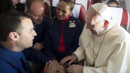 Der Papst traut seine Flugbegleiter