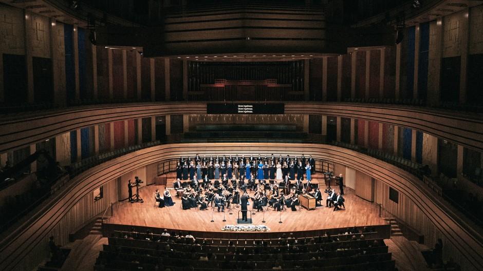 Der Purcell-Chor und das Orfeo-Orchester im Budapester Kulturpalast.