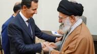 Nutznießer des iranischen Ölüberschusses: Syriens Präsident al Assad, hier beim Empfang des Obersten Führers Irans, Ajatollah Chamenei im Februar 2019