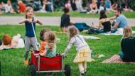 Auch zu Hause können die Sommerferien ein großer Spaß für die Familie werden – vorausgesetzt man hat gute Ideen.