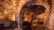 Eine Besuchergruppe besichtigt den Regenauslasskanal zur Isar an der Ungererstraße in München.