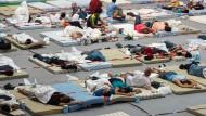 Potentielle Brutstätte für Bakterien und Viren: überfüllte Flüchtlingsunterkünfte wie hier eine Turnhalle im bayerischen Deggendorf