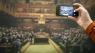 """Ein Besucher fotografiert das Gemälde mit dem Titel """"Devolved Parliament"""" des Graffitikünstlers Banksy im Bristol Museum."""